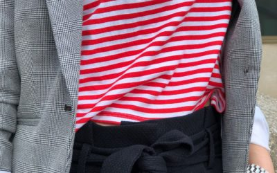 Pruhy, mašle, tenisky – prvky co nás omladí